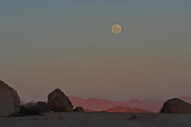 Volle maan boven Spitzkoppe Damaraland Namibië