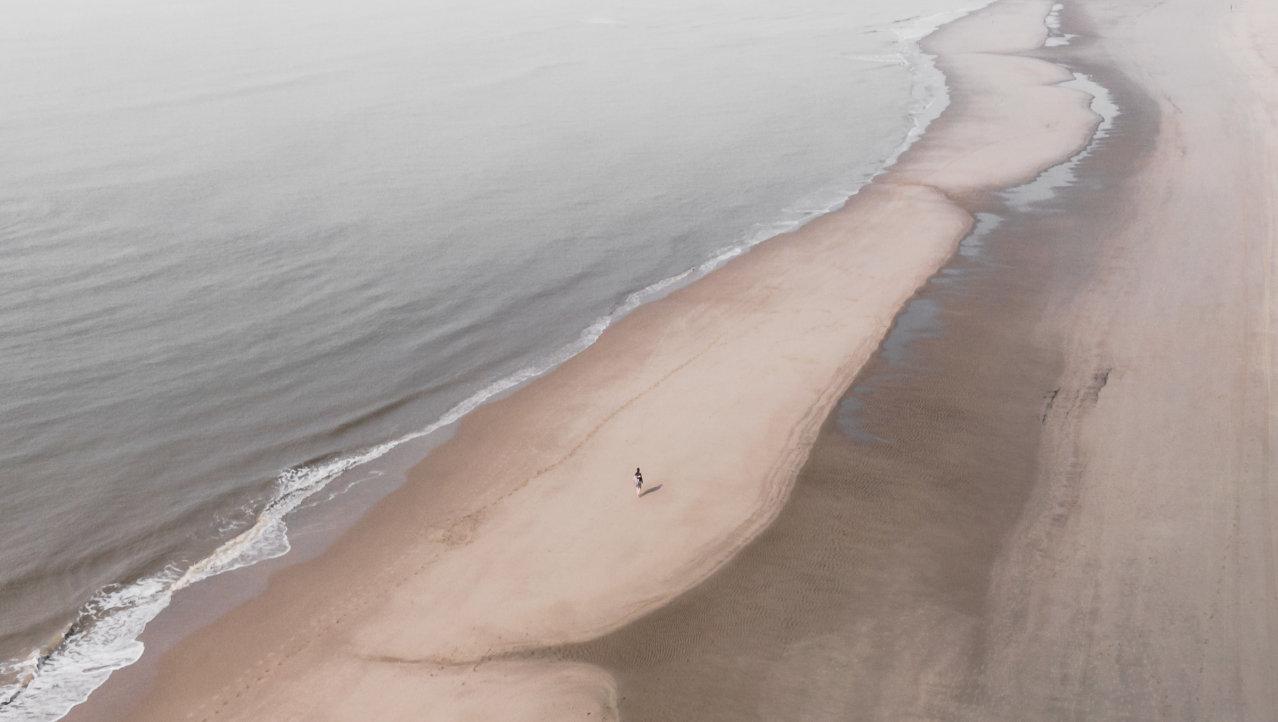 Alleen aan de Noordzee