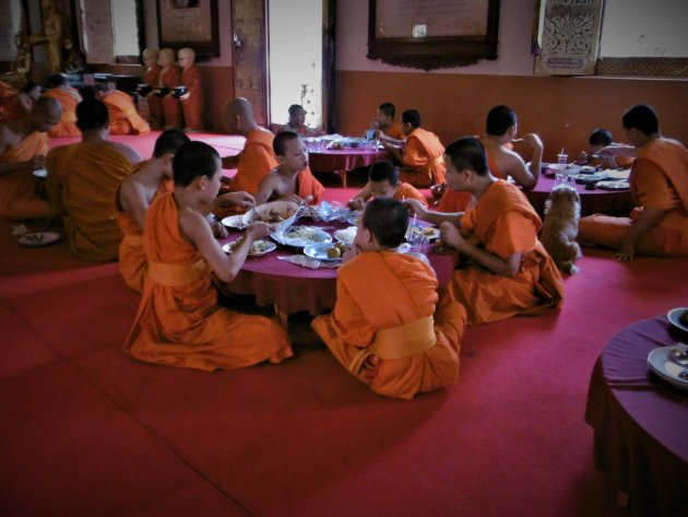 monniken aan de maaltijd