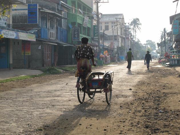 Riksja rijder vroeg op de ochtend in Sittwe, Myanmar / Birma