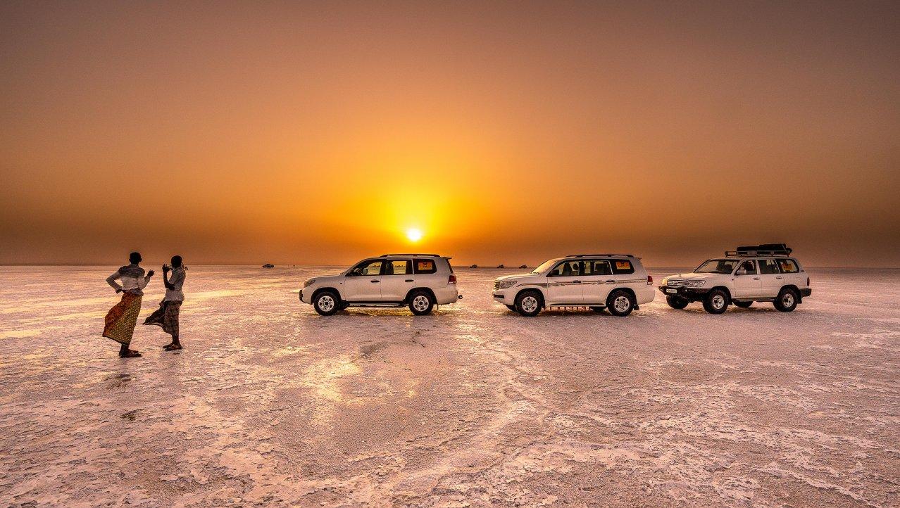 Zonsondergang op de immense zoutvlakte van Danakill