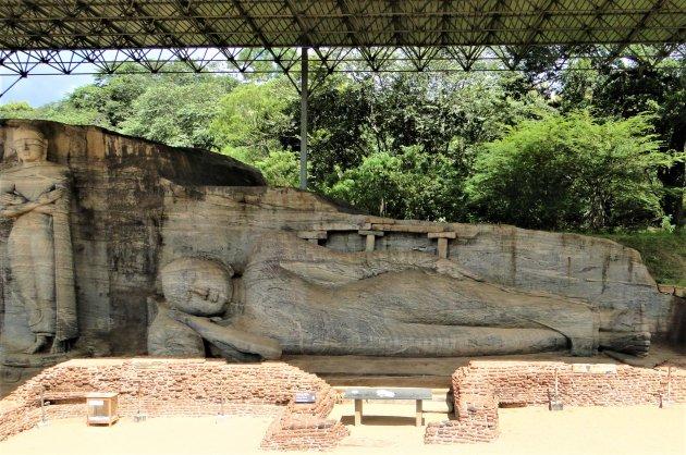 Boeddhabeelden in een granietwand.