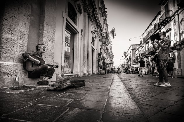 Glen Hansard speelt op straat in Noto, Sicilie - 2020