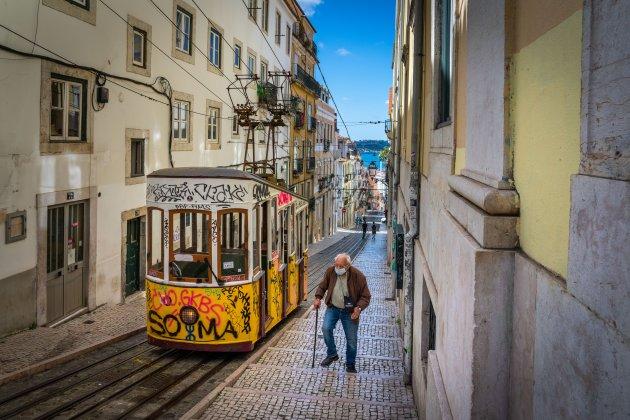 Overal mondmaskers in het straatbeeld van Lissabon