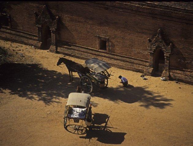 Gidsen wachten met paard en wagen op toeristen bij een tempel in Pagan , Myanmar