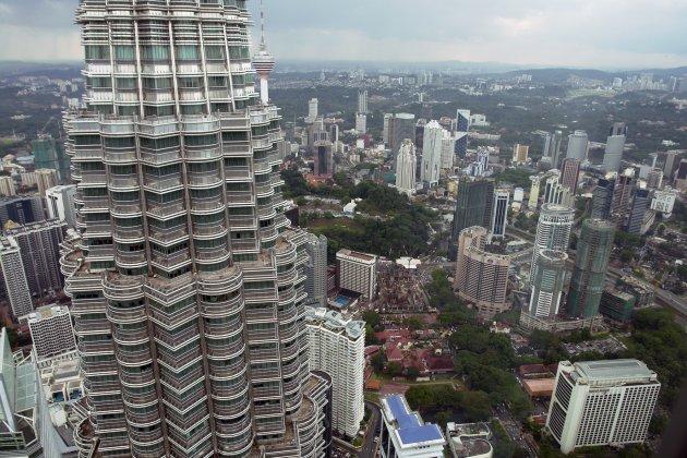 Kuala Lumpur vanaf het observatie platform van toren 2 op 370 meter hoogte