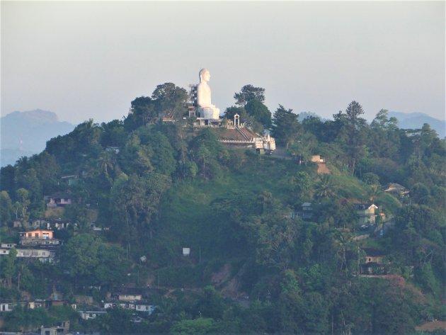 Boeddhabeeld op bergtop.