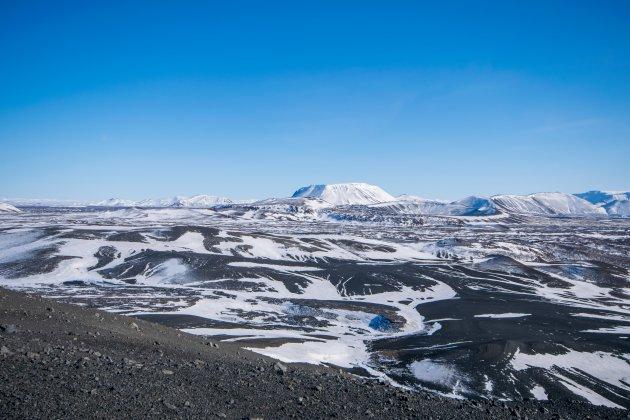 Een besneeuwd maanlandschap