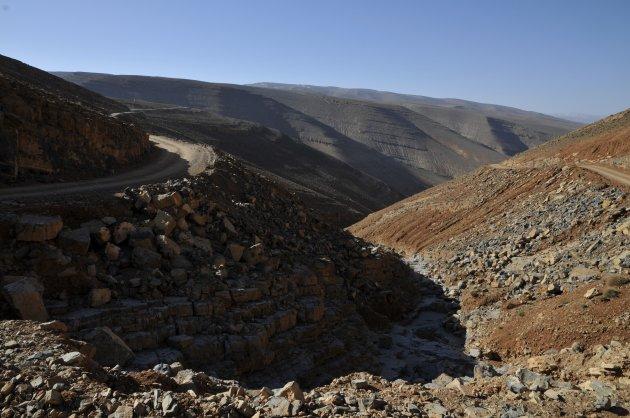 Weg door Hoge Atlas tussen  Msemrir en Todra Kloof