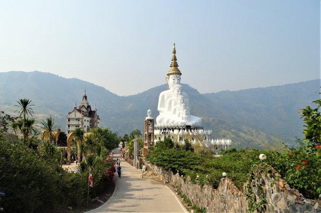Tempelcomplex hoog in de bergen.