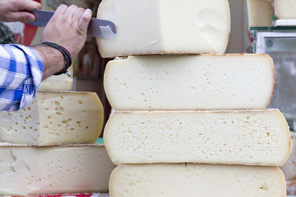 Naxos staat met name bekend om zijn graviera, een kaas die voor minstens 80% uit koeienmelk en maximaal 20% uit schapen- en geitenmelk bestaat CREDIT iStock