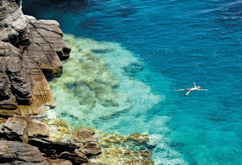 Wie heeft er altijd een strand nodig als je ook heerlijk op de rotsen kunt liggen en kunt zwemmen en snorkelen, zoals hier onder de Kapel van de Zeven Martelaren.