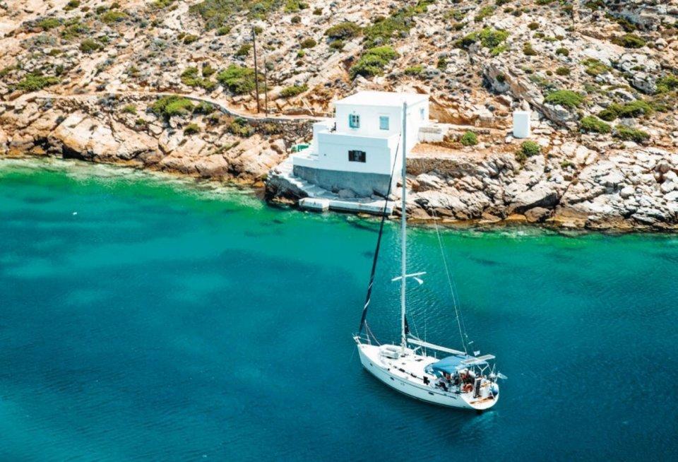 Veel baaien van Sifnos fungeren als natuurlijke havens voor plezierboten. Cheronissos is ook een vissers-plaatsje met een paar restaurantjes (eet elders) en een strand.