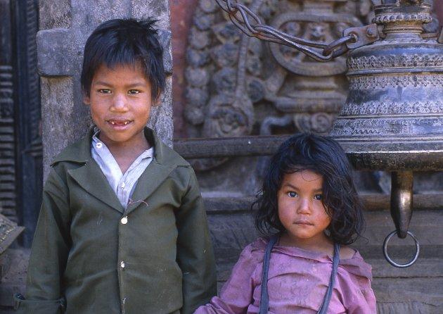 Broer en zus voor een tempelbel in Mingun Birma