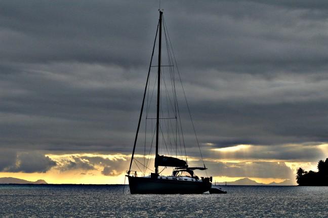 zeilboot bij zonsondergang huahine