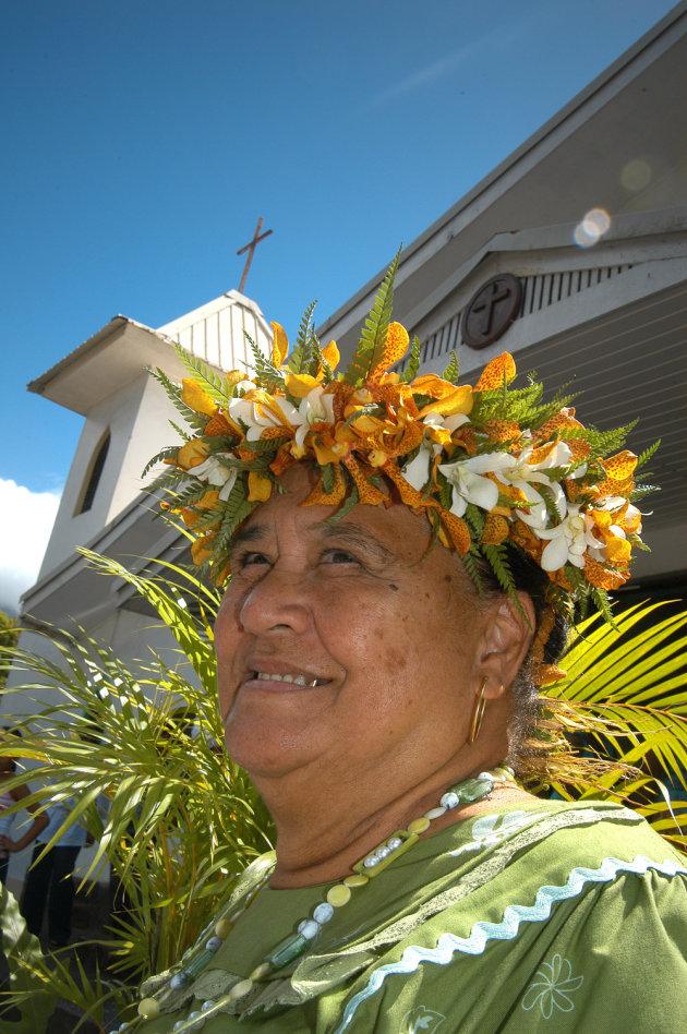 vrouw met bloemenkrans op hiva oa