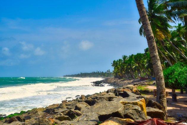 De ruige zee bij Sri Lanka