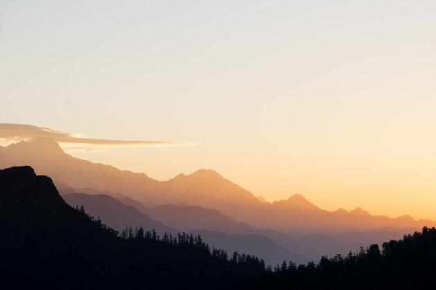 Zonsopgang in de bergen in Nepal
