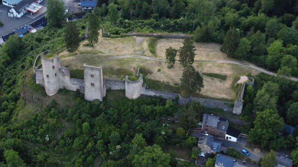 Burg Schönecken. Foto: Wolkenkrabber (Wikipedia)