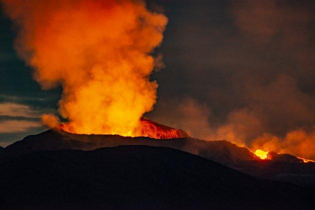 Vulkaan bij nacht.
