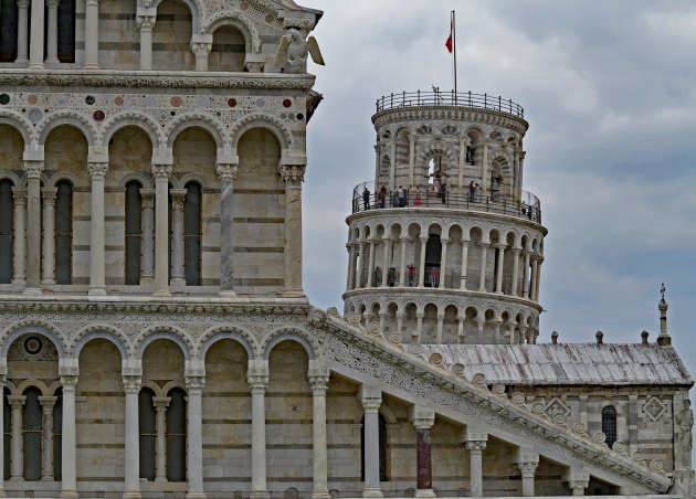 De klokkentoren van de Dom van Pisa