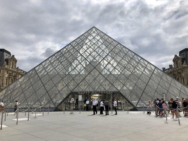 De piramide van het Louvre