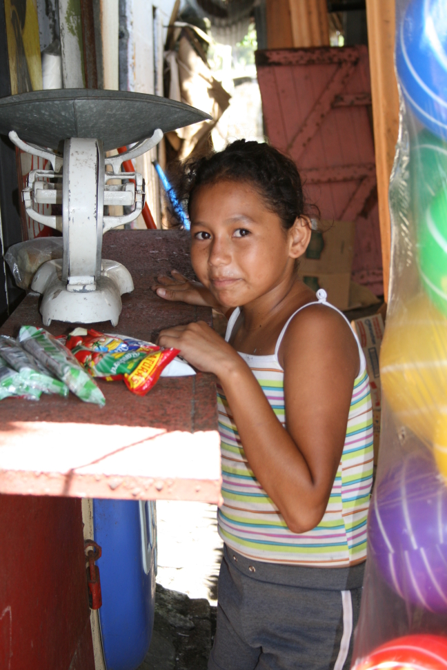 Meisje bij een winkeltje in Monterrico, Guatemala