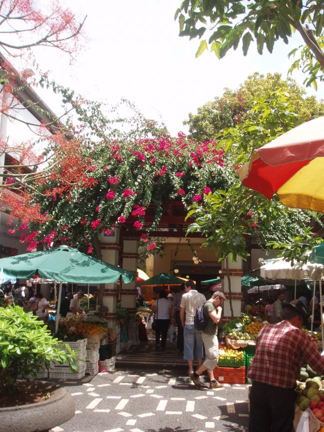 De wekelijkse fruit en bloemenmarkt.