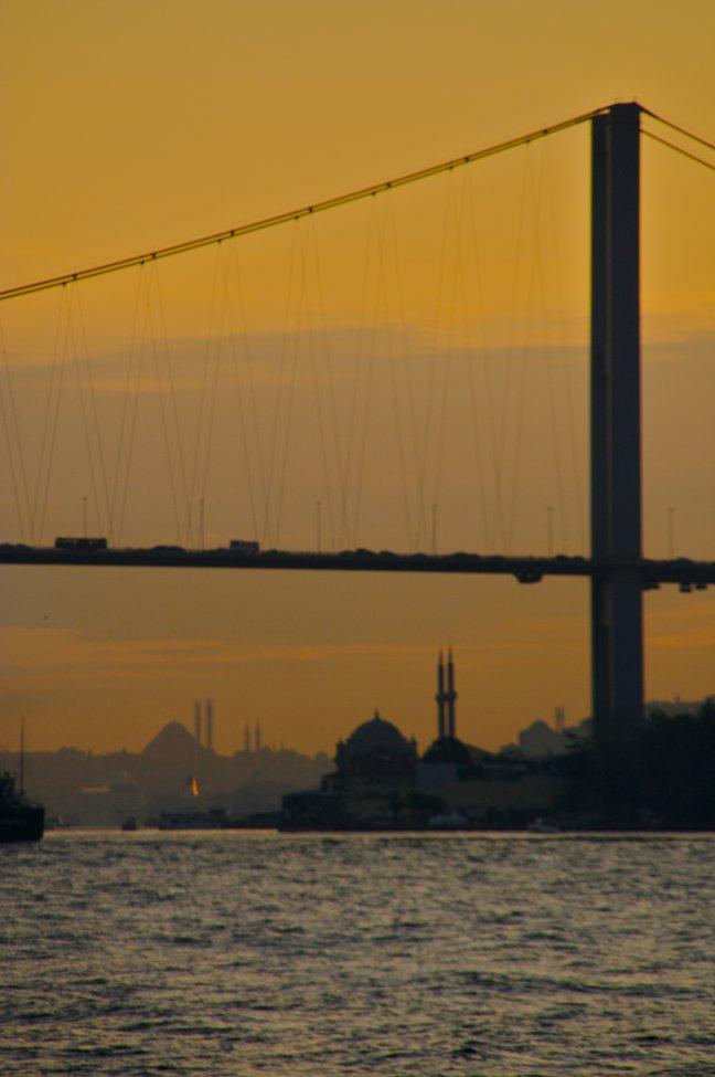 Bosporus brug met moskeeën