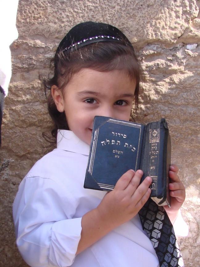Joods jongetje bij de Klaagmuur