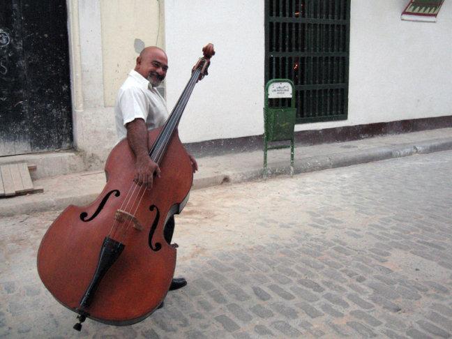 Man met contrabas, Havana