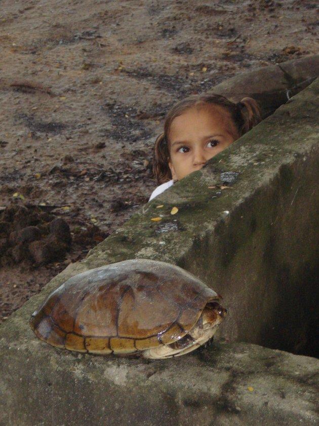 Verlegen meisje met 'huisdier' in de Llanos