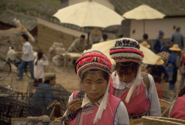 traditionele Bai meisjes op de markt.