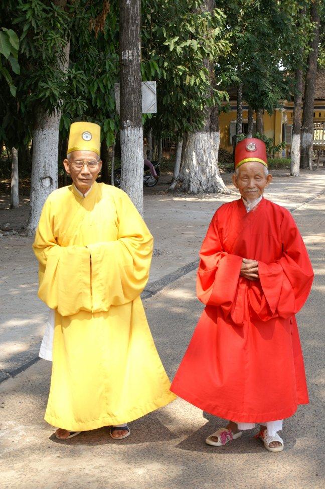 cao dai priesters