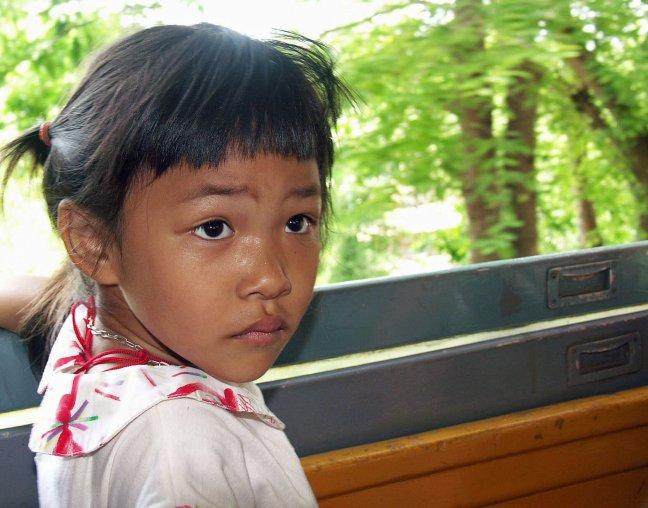 Meisje in trein Kanchanaburi. (2047uu.ae)