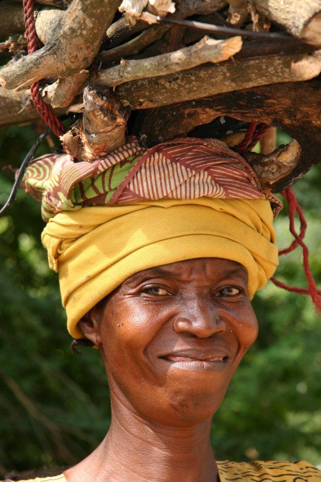 vrouw met een bos hout