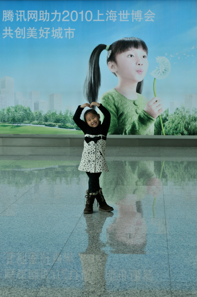 Sansend meisje op de luchthaven