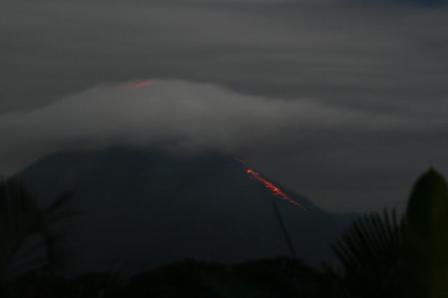 Vulkaan Arenal bij nacht