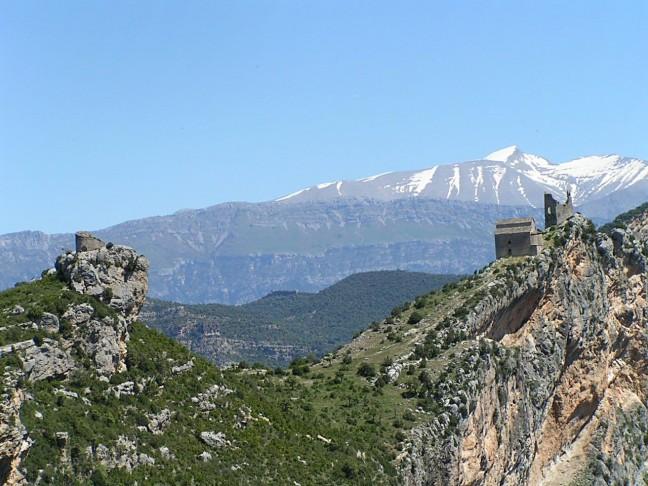 Samitier-Refugio en Kasteelruïne (XIe eeuw) met Cotiella (2912 m) op achtergrond