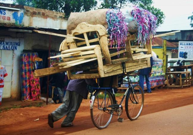 fietsende kruiwagen