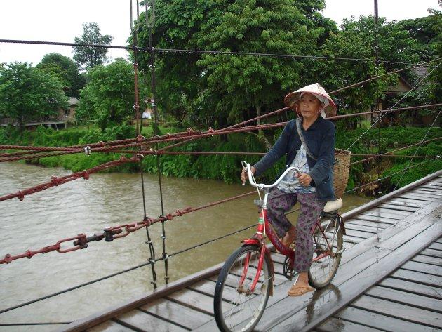 Op fiets over brug