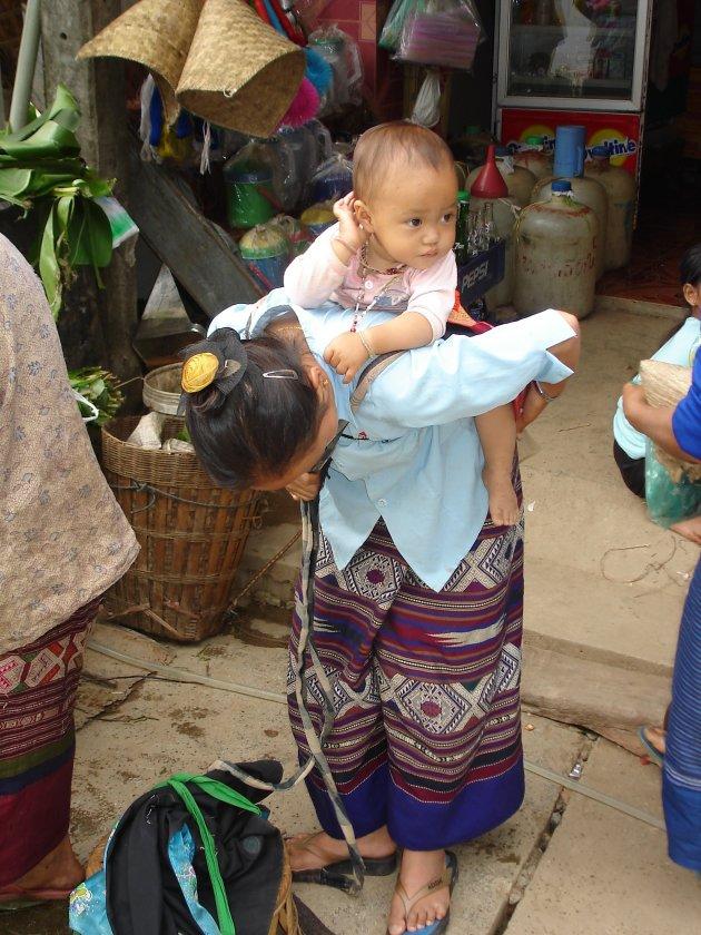 Moeder en kind op markt