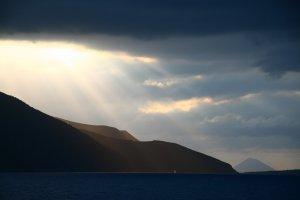 Dreigende lucht boven eilandengroep Isole d' eolie