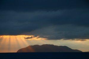 Lichtstalen van achter een donkere wolkenpartij