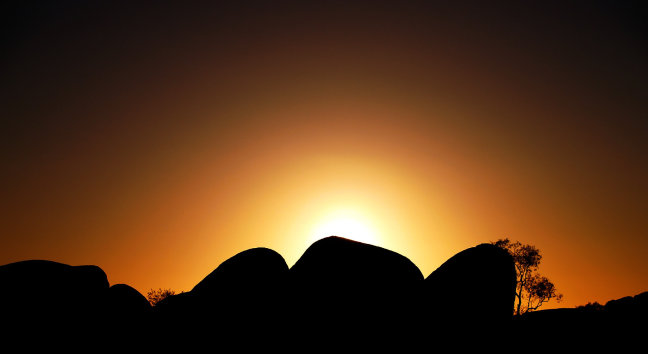 Devils marbles bij zonsopkomst