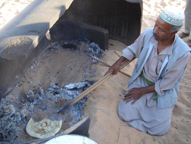 Broodbakken in heet zand