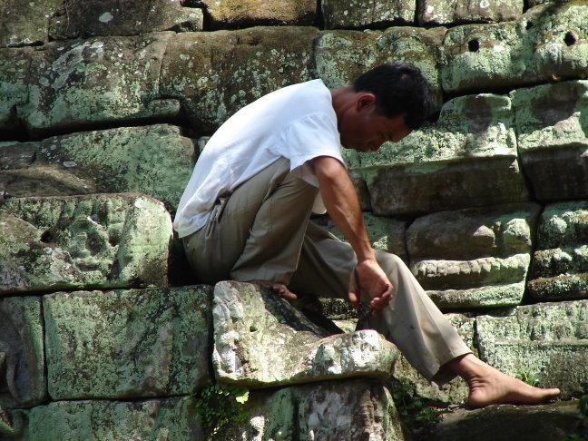 Een Cambodjaan aan het werk.