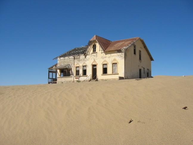 Een verlaten huis in Kolmanskop