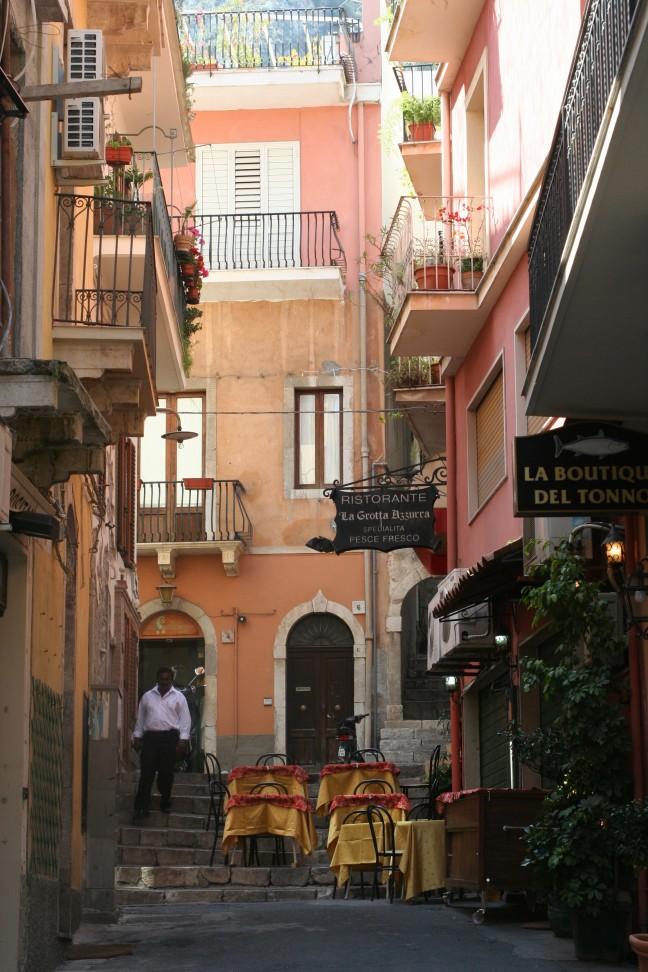 Steegje in Taormina, Sicilië