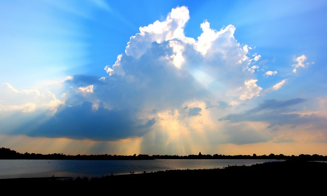Naderende rgenbui boven de IJssel...